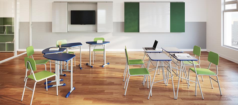sala de aula com cadeiras e mesas