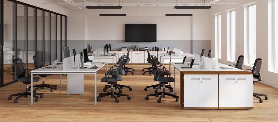 ambiente de trabalho com mesas e cadeiras
